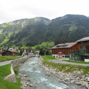地下道で結ばれた、カーフリーのスキー場の街 Oberlech