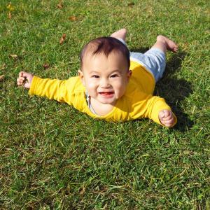 赤ちゃんのうつ伏せ練習はいつから?効果や、やり方のコツもご紹介!