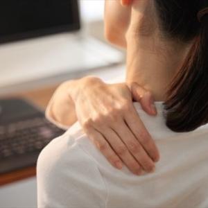 スキマ時間に肩甲骨を動かすストレッチをするようにして肩凝りが軽くなりました