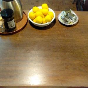 ちょい置きしちゃうテーブルの誘惑