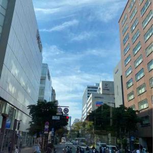 空を見上げて🤗 ビルの間の空はちょっと狭い💦 天神の空 福岡県福岡市【写真・空】