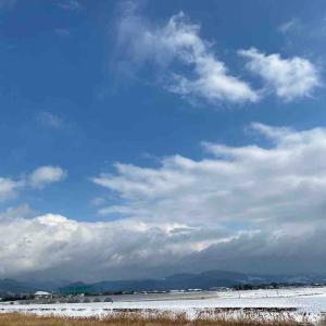 空を見上げて 深呼吸❄️ 風が冷たいです🧊まだ雪が残ってます😅【写真・空】