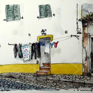 洗濯物と廃屋