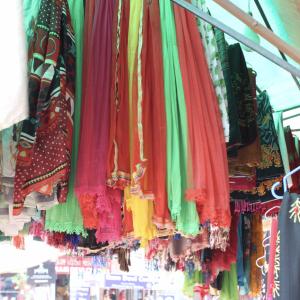 ネパールで女性の必需品のストール