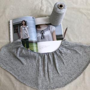 「シンプルなのに仕掛けが光るニットのふだん着」からスモッキングチュニックを編んでいます