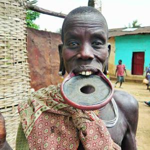【エチオピア】お皿は唇にはめるもの。