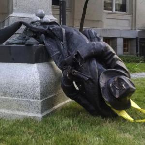 アメリカのデモ、銅像をぶっ倒せ!(◎_◎;)