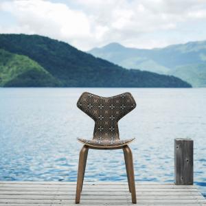 White Mountaineering × FRITZ HANSEN、寄木細工柄が特徴的な「グランプリチェア」を限定発売