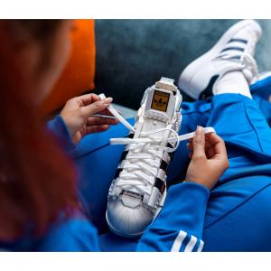 adidasとLEGOがコラボ!スニーカー「スーパースター」がレゴに変身