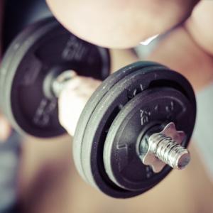 上腕二頭筋のダンベルでの鍛え方4選【男らしい力こぶを作る筋トレメニュー】