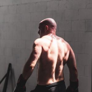 僧帽筋のダンベルトレーニング4選【首・肩甲骨周辺の筋肉の鍛え方】