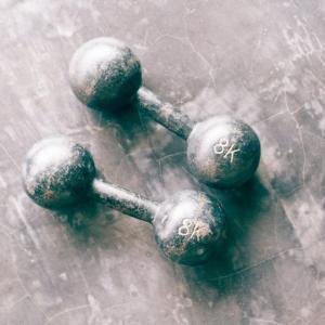 腹直筋のダンベルトレーニング4選【腹筋を割るための筋トレメニュー】