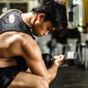 ダンベルを使った上半身の筋トレメニュー8選【部位別のトレーニングで効果的に鍛える!】