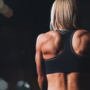 女性向け!背中痩せに効果的な筋トレ10選【ハミ肉や浮き輪肉を落として背中美人になる方法】