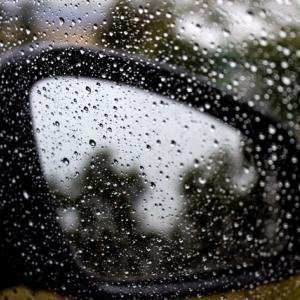 雨の日にフロントガラスが曇るのはなぜ?原因と対策を解説!