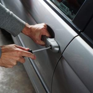 車を盗難するリレーアタックの手口とは?狙われやすい車種や対策を紹介します