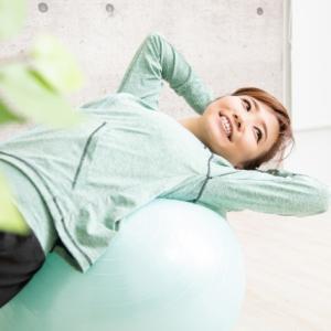 バランスボールを使うメリットと体幹トレーニングをご紹介!