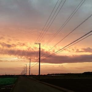 赤い空と海に包まれた夕暮れ