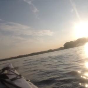 朝日を背中に浴びて、沖合いの岩礁までシーカヤック ショートツーリング