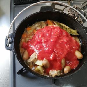 ダッチオーブンでチキントマト煮込み