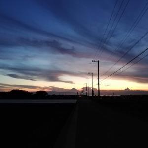 真っすぐのびる電線の先には、富士の影