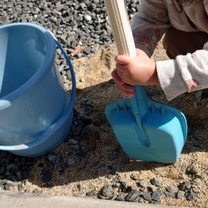 お庭で砂遊び