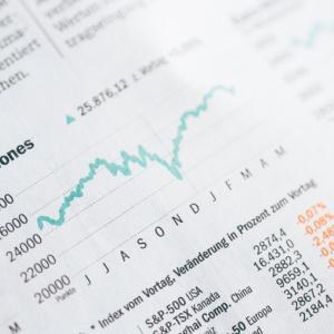 FRBゼロ金利2022年まで継続 金利低下は株高を後押し