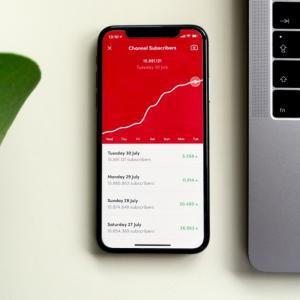 Apple iPhone依存からの脱却とプラットフォーム戦略