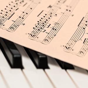 「楽譜をステンドグラスで表現すると」の件