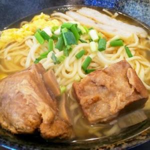 腰のない細麺とでっかい肉厚が特徴的な沖縄そば・・・辰巳そば(美栄橋)