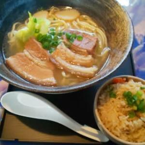 『昭和の町』の様な店内で劇薄味の沖縄そばとジューシーを食べる・・・ふるみ家そば(大里)