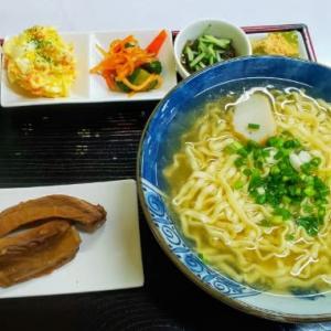 小鉢が凄い沖縄そば屋はハイコスパ!肉も小鉢もウマウマ(笑)・・・緑萬食品ムック(うるま)