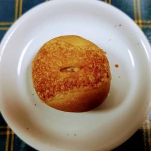 老舗ベーカリーでお気に入りの「4種のチーズが入ったチーズフランス」60円をゲット❕・・・BAKERY ALPENROSE(伊祖)