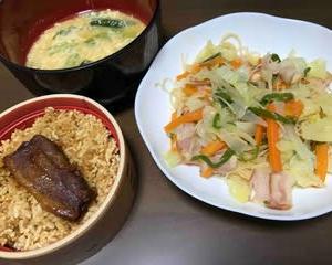 今日の晩ご飯(484):焼きビーフンと角煮ご飯