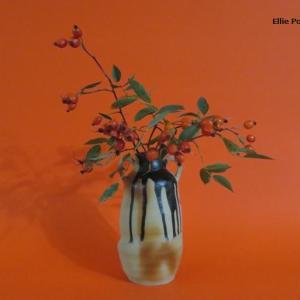 花入れ ロサ・グラウカの実 Vase, and Rosa glauca fruit