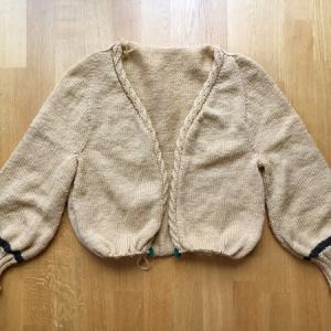 両袖が編み終わり、メインカラーはこれでおしまい ~ひざ丈ロングカーディガン