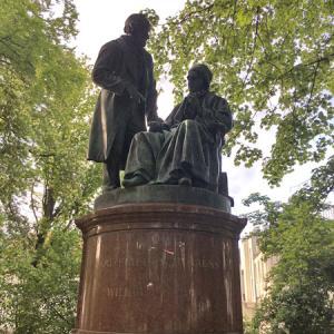物理学者たちの銅像
