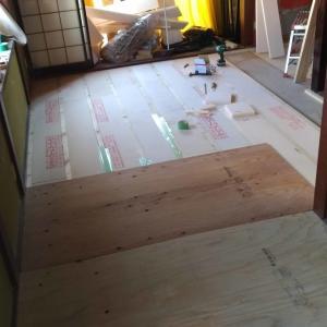 畳からフローリングへ:根太と断熱材、捨て板の施工