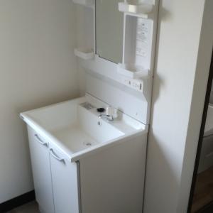 洗面台の取り付け:フレキ管の接続とボードアンカーによる固定