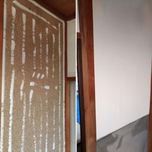 砂壁への壁紙直貼り:木工ボンドを下地固め、貼り付けにフル活用