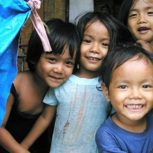 【スラムの片隅で見つけた、小さな小さな幸せ】 ~スラムの貧困、飢え、そしてコロナ渦のロックダウン。そんな厳しい生活の中でも、人々は、できるだけ笑顔を忘れず、強く生きています、、、   (#フィリピンセブ島 #貧富の差 #国際協力NGOYoutubeチャンネル #スラムの子どもたちの笑顔 #SMseasideCEBU #ゴミ山ダンピングサイト #大都市の光と影 #開発と発展の裏側で犠牲にされるもの)