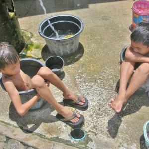 【スラムの生活こそが本当のシンプルライフ?】 ~何かが起きた時に結局強く生き延びるのは、今何も持たない人たちだよね、、   (#フィリピンセブ #人間らしい生活とは #takeabathとtakeashower #お風呂に入るとシャワーを浴びるの違いって? #お風呂が嫌い #スラムでは風呂は井戸で水浴び調理は薪 #お風呂に入れないと大騒ぎする意味が解らない)
