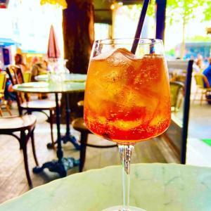 フランス人も大好き!夏にカフェで飲みたいカクテル【アペロールスプリット】