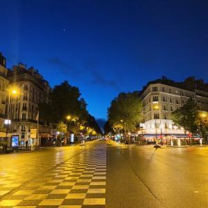 【パリ】夜間外出禁止令。