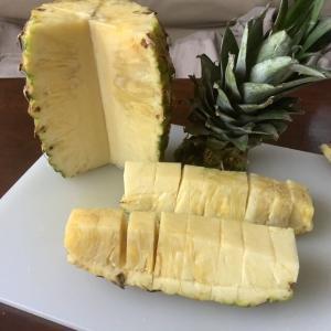 パイナップルの切り方を調べる。