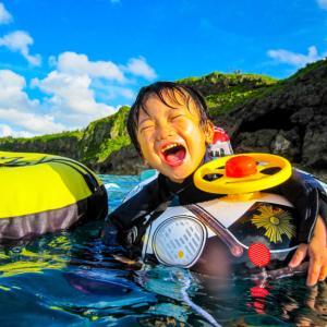 【幼児からOK】家族で楽しめる沖縄恩納村真栄田岬の『青の洞窟』でのシュノーケル体験