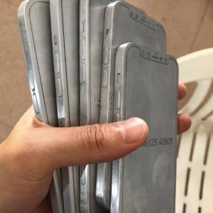 iPhone12の金型画像がSNSに投稿される。やはりiPad Proのようなデザインか。