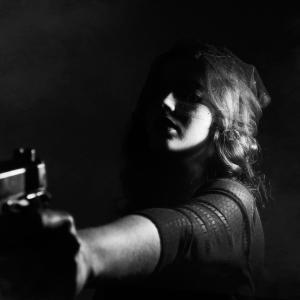 夫の頭を撃つべきか悩む妻