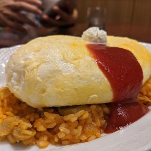 ふわふわゆれる卵の魅惑!完全に正解のオムライスが食べれる渋谷フクラス6Fのあそこ【渋谷「サロン ウフ エ モア」スフレ卵のオムライス(1100円)】