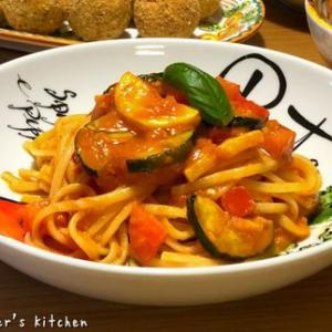 自家製トマトソースで、ズッキーニとトマトソースのパスタ♪♪